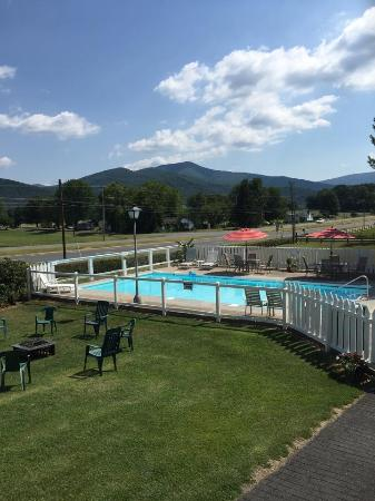 Hillside Motel: Stay and enjoy our relaxing pool!