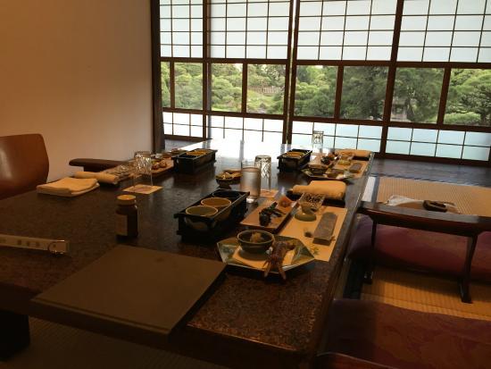 Yanagawa Ohana : 料亭での夕食。奥の障子を開けると庭園が広がっている