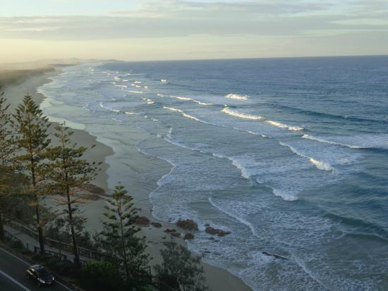 Coolum Beach, Australia: View of the beach from our apartment, looking north