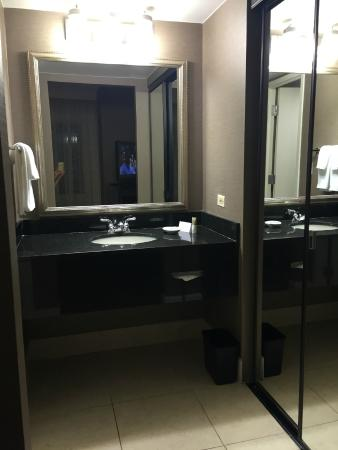 Hyatt Regency Dulles: Bathroom And Closet