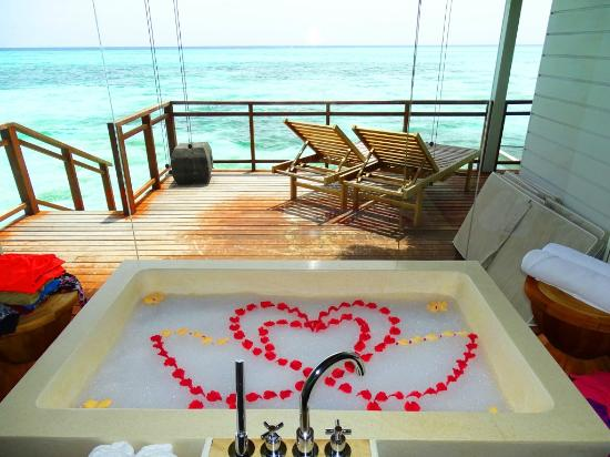 Dhidhoofinolhu Island : Lux* Maldives - romantic bath