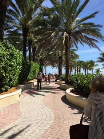 HI Miami Beach: Basta atravessar a rua e virar uma esquina para chegar nesta entradinha de praia maravilhosa
