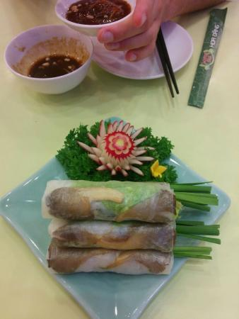 Loving Hut Hoa Dang Vegan Restaurant: Fresh spring rolls with peanut sauce.