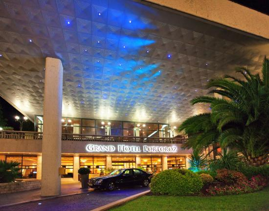 LifeClass Grand Hotel Portoroz: Entrance by night
