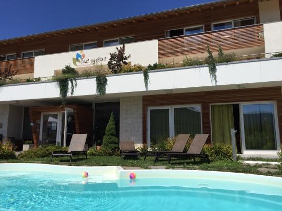 Casa Vigolana: Camera con soppalco...veduta dal terrazzo..piscina