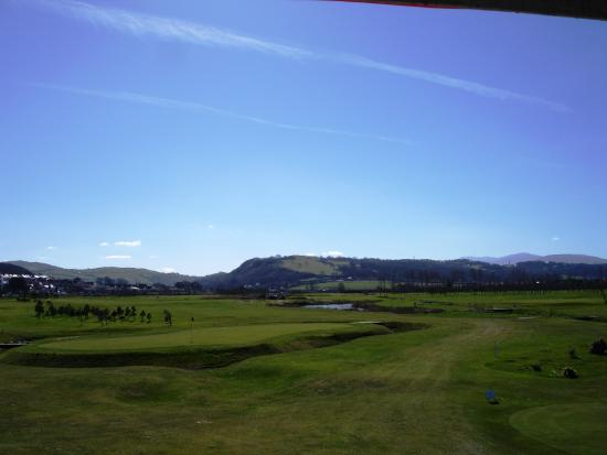 Penrhyn Bay, UK: View from room over the golf course