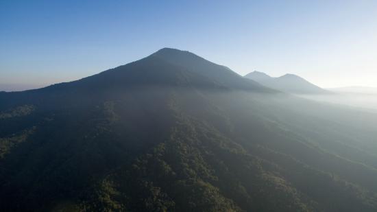 Sarinbuana Eco Lodge: view of Mt Batukaru - drone shot