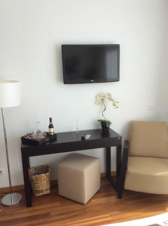 LBV House Hotel : Coin tv chambre 3