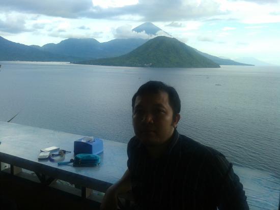 Maitara Island, Indonesien: latar belakang pulau maitara dan tidore diambil dari floridas cafe