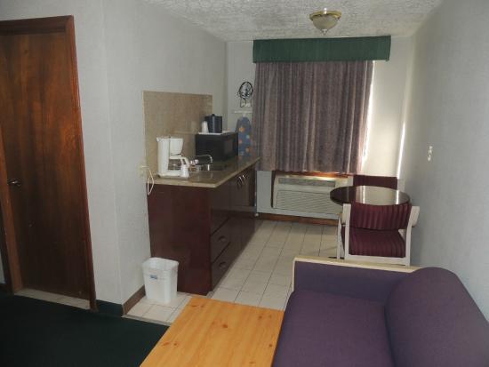 روديواي إن براندفورد: kitchen area of room 108