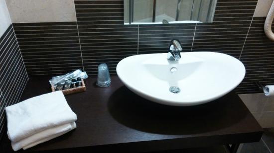 Lavabo e piano d\'appoggio - Picture of Hotel Motel Sirio, Medolago ...