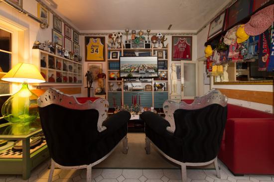 Salotto Tv con dei ricordi del Proprietario - Picture of Hotel ...