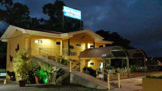 BEST WESTERN Hotel Zima: Vista de las habitaciones a la par de la piscina