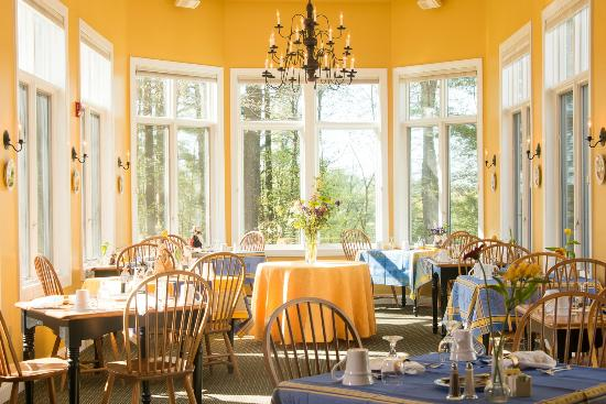 Stone Hill Inn : Individual tables for each couple