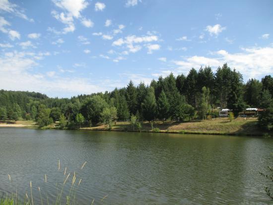 Champagnac-le-Vieux, Francia: Vue du camping et du plan d'eau