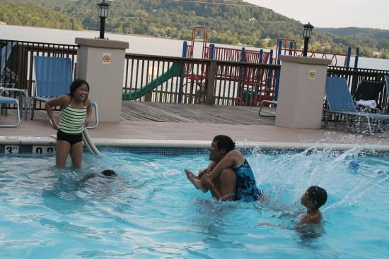 Wyndham Garden Lake Guntersville : Lake-view pool