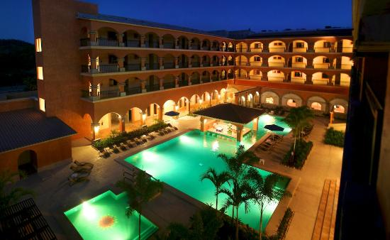 Marina Park Plaza Huatulco : Pool Night
