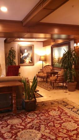 Ayres Hotel Laguna Woods: part of the lobby