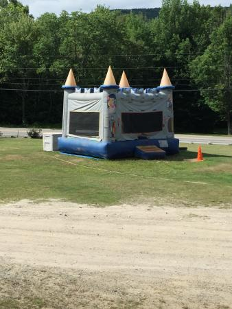 Shelburne, Νιού Χάμσαϊρ: Bounce house near the pool and playground