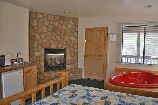 Creekside Preserve Lodge and Guest Cabins: All cabins have cozy propane fireplaces.