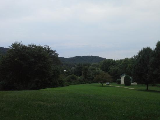 Lovingston, VA: Front yard view