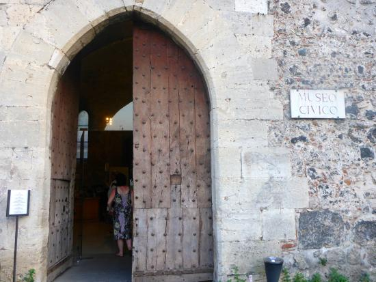 Museo Civico Castello Ursino : Portão de entrada da Biblioteca/Castelo de Ursino