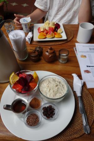 Bocadillos - Tapas Kitchen & Bar: Frühstück (eins von vielen angebotenen Varianten) Abends: leckere Gin Tonics