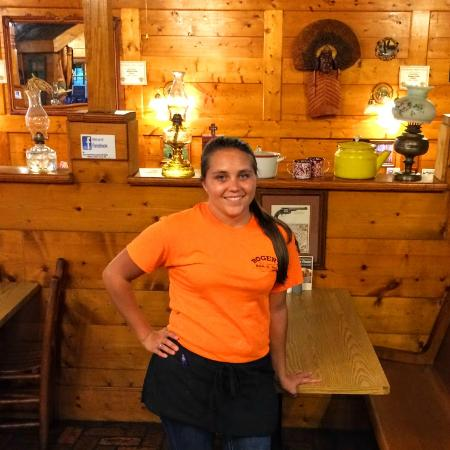 Hogansville, Georgien: You want a bit of southern charm? Make sure to ask for our server Mallory. #rogersbbq #server