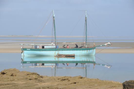 Ecolodge du Menabe: bateau devant la chambre