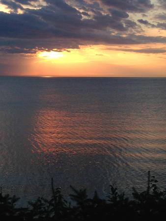 Harbor's Edge Motel: Sunset on Lake Superior