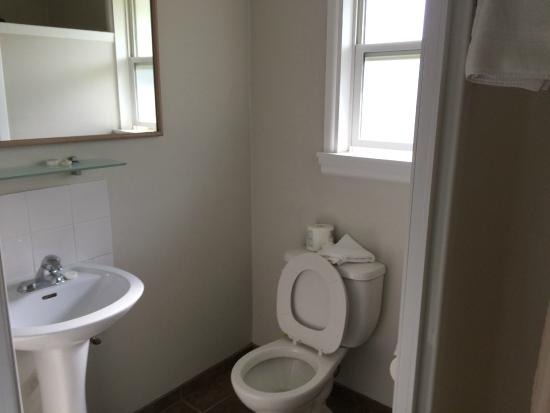 Boundary Motel: Bathroom (shower to the right)