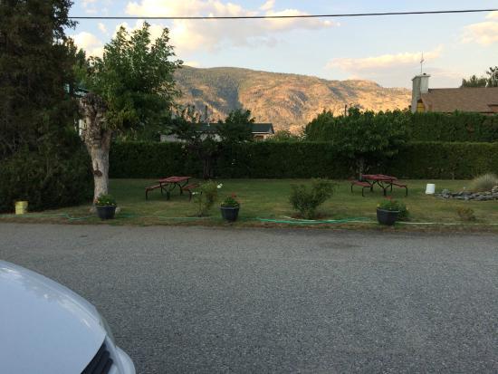Boundary Motel: Looking towards barbecue area