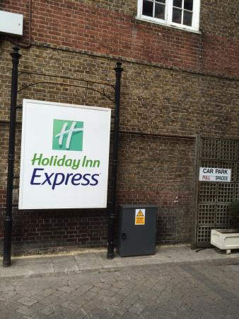 Holiday Inn Express London - Hammersmith: The entrance is down a long laneway.