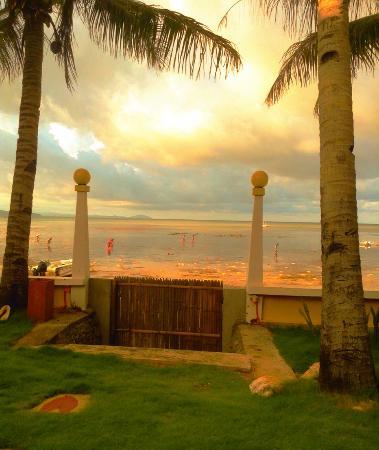 Paradise Bay Beach & Watersport Resort: Evening view from garden