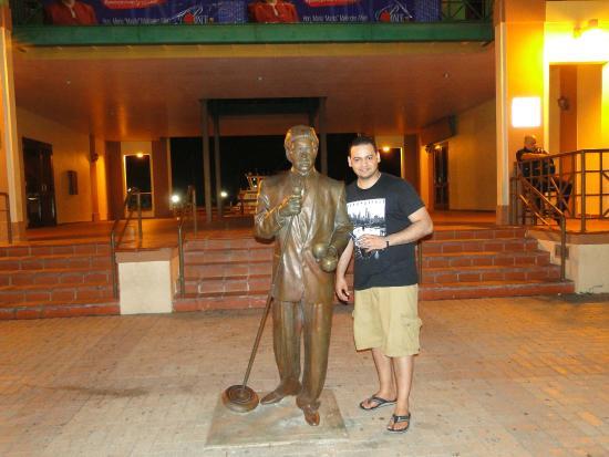 La Guancha: Héctor Lavoe statue.