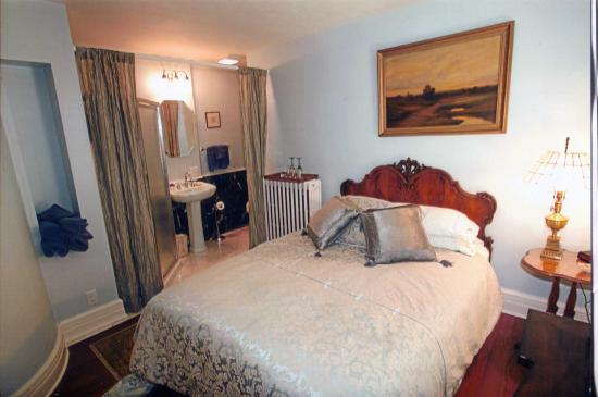 TC Smith Historic Inn: Alexander Bedroom/Bathroom