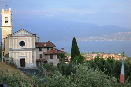 Hotel Belvedere: Blick vom Zimmerbalkon auf die Kirche von Maclino