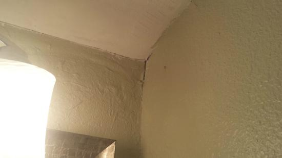 Gulf Shores Condominiums: Cracks in ceilings
