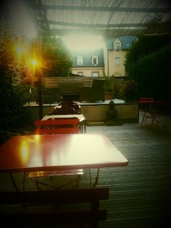 Pont-l'Évêque, Francia: Terrasse à l'arrière du restaurant