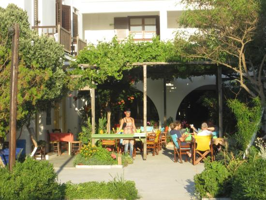 Hotel Boulis: Courtyard in the afternoon