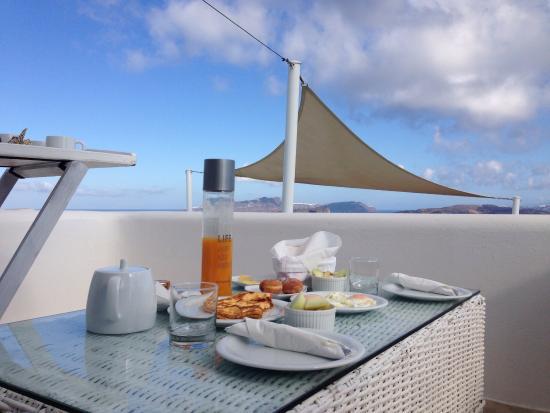 Breakfast on the patio 😍