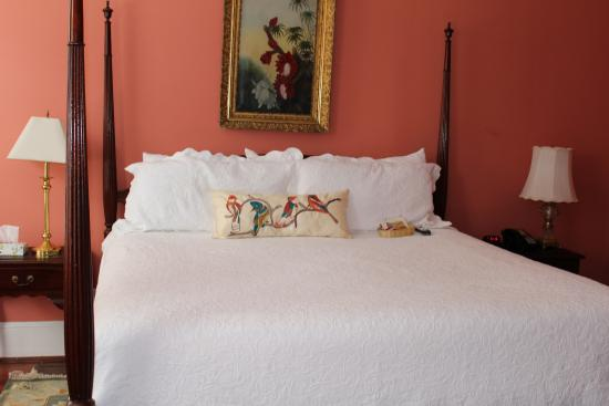 Barksdale House Inn: King size bed