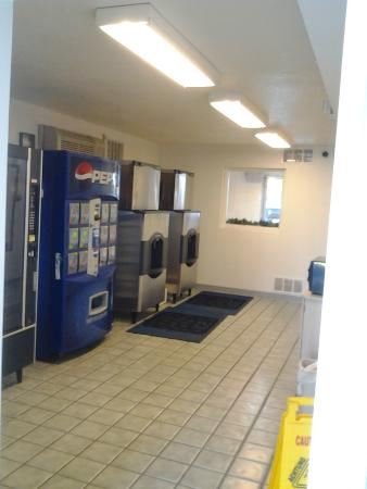 Motel 6 Kalispell: Vending and ice machines.