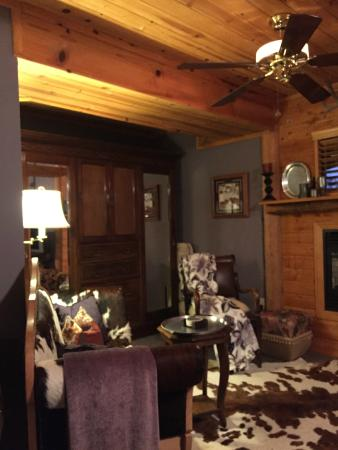 Coulterville, CA: Sitting area in suite