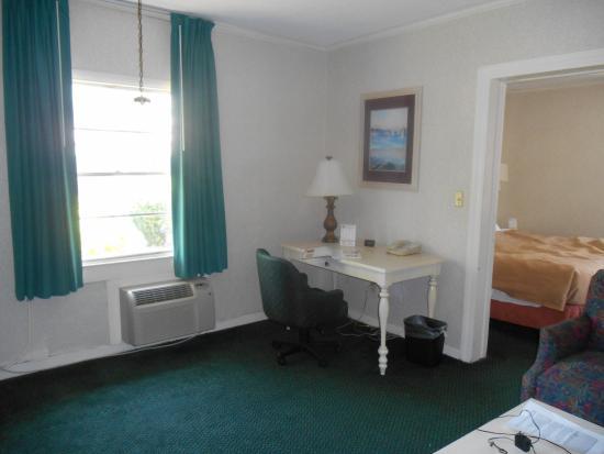 America's Best Inn & Suites Wilmington : Sitting area with Desk