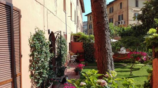 B&B At Alice's Garden: garden uscita camere
