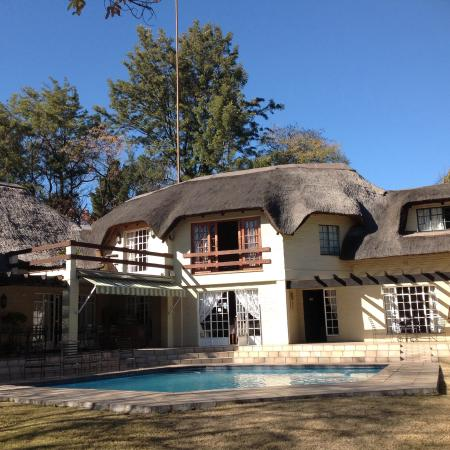 Thatchfoord Lodge: a view of the building and pool.