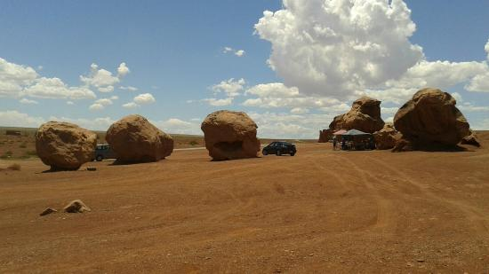 Old Cliff Dwellers Lodge (Blanche Russell Rock House): Size of the rocks next to vehicle