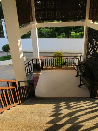 Dive Thru Scuba Resort - Bohol: stairs from the parking towards the lobby
