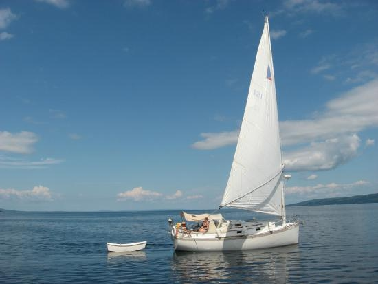 "St. Peter's, Canadá: ""Misty Cat"" owned by Greg and Dawn Silver of Cape Breton Sailing Charters out for a cruise."